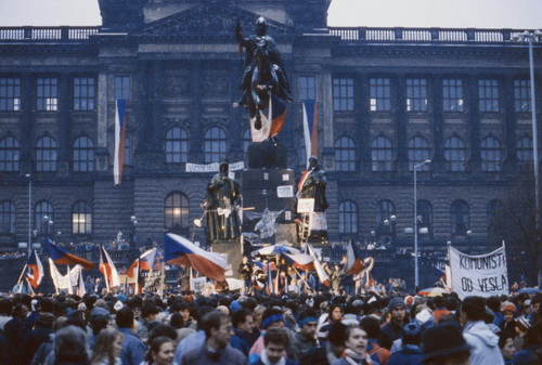 Die Demonstration am Wenzelsplatz am 22.11.1989 war Teil der »Samtenen Revolution«. © Mevald Karel /CTK