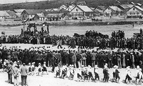Parade zum rumänischen Nationalfeiertag am 10. Mai auf dem Marktplatz von Tarutino (heute: Tarutyne in der Ukraine), um 1930