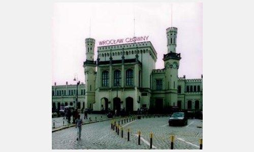 TOR NACH BRESLAU: Der Hauptbahnhof des heutigen Wrocław ist für viele Besucher der erste Eindruck des einstigen Breslau. Foto: © Deutsches Kulturforum östliches Europa, 2003 • M. Marx